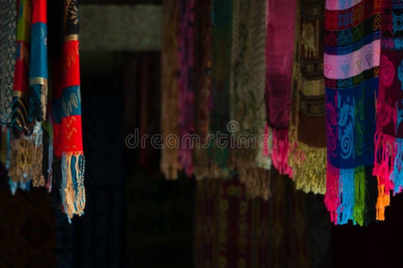 Sulawesiansjaals die in winkel voor Verkoop Tana hangen stock fotografie