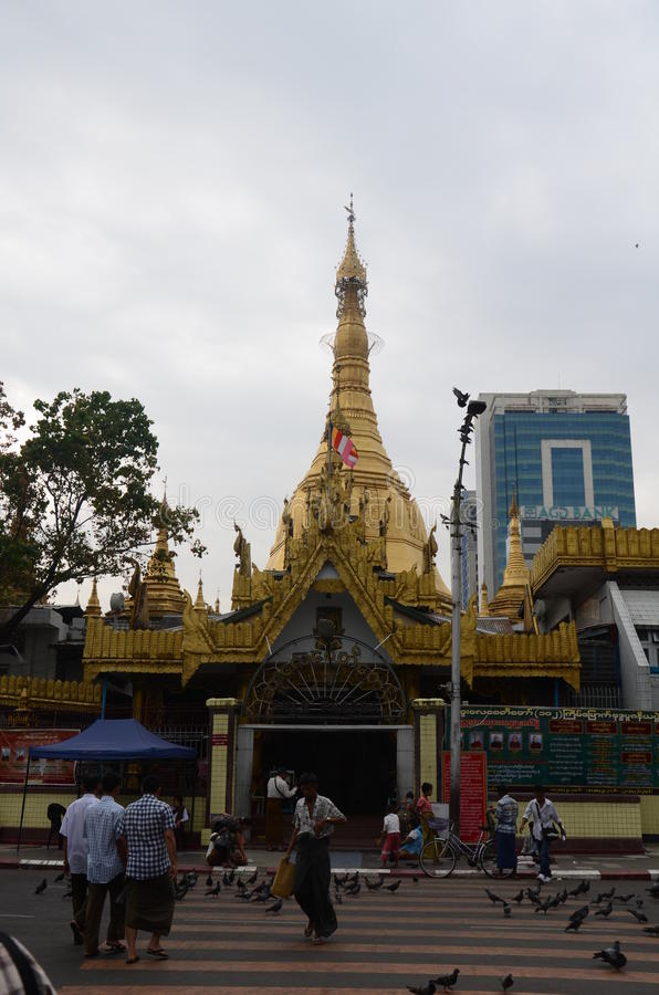 Sule Pagoda eller Sule Paya Yangon royaltyfria bilder