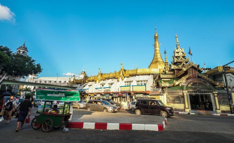 Sule pagoda i Yangon, Myanmar royaltyfri foto