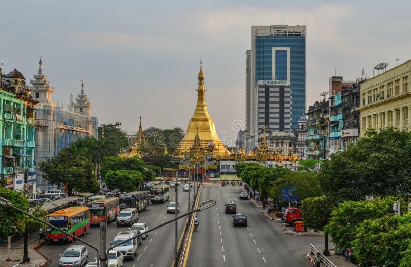 Sule pagoda i Yangon, Myanmar royaltyfria bilder