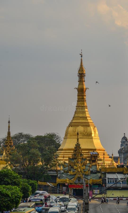 Sule pagoda i Yangon, Myanmar arkivbilder