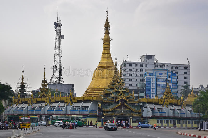Sule Pagoda med en stor Burmese stupa och en högväxt antennstruktur arkivfoton