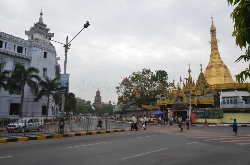 Sule Pagoda och den vita byggnaden taklägger slotten royaltyfria foton