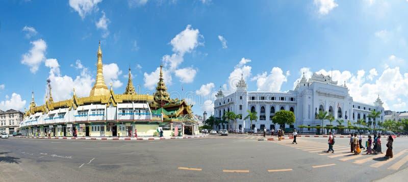 Sule Paya и здание муниципалитет стоковые изображения rf