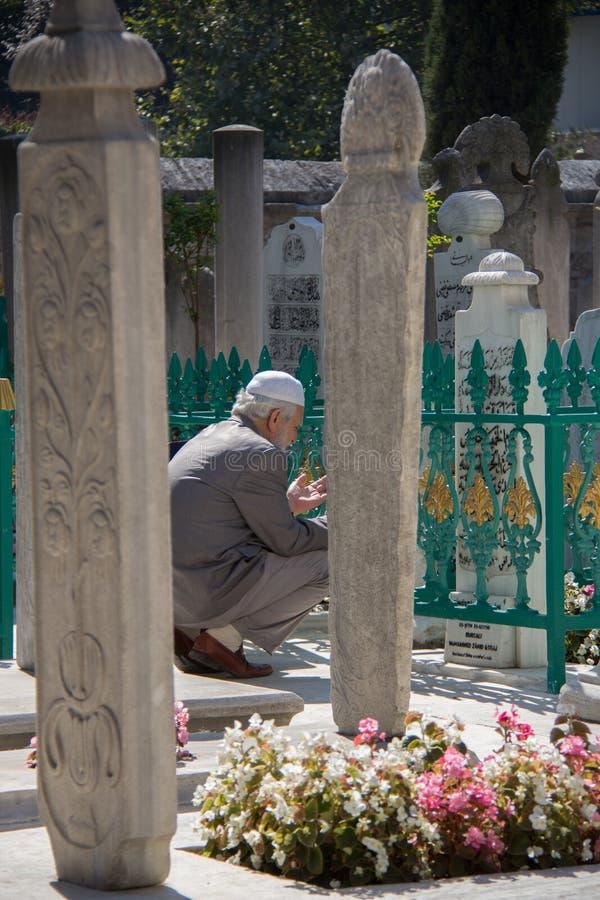 Suleimania清真寺-老人祈祷 免版税库存照片