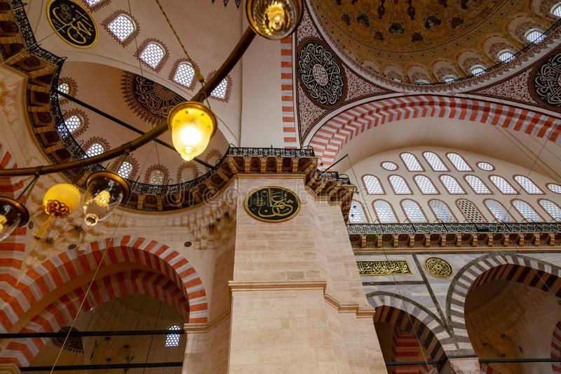 Μια εσωτερική άποψη του μουσουλμανικού τεμένους Suleymaniye Camisi, Ιστανμπούλ, Τουρκία Suleymaniye στοκ εικόνα