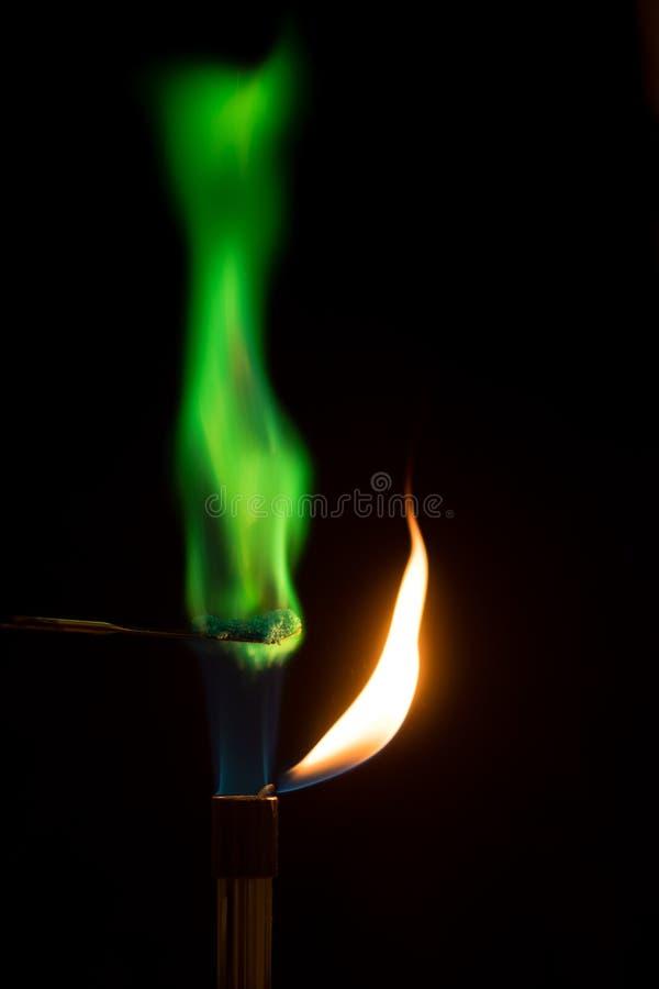Sulfate de cuivre brûlant en air avec la flamme verte photo libre de droits