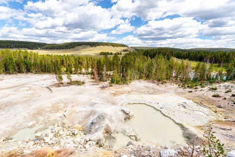 Sulfur Cauldron na Zona de Vulcão de Lama do Parque Nacional de Yellowstone fotografia de stock