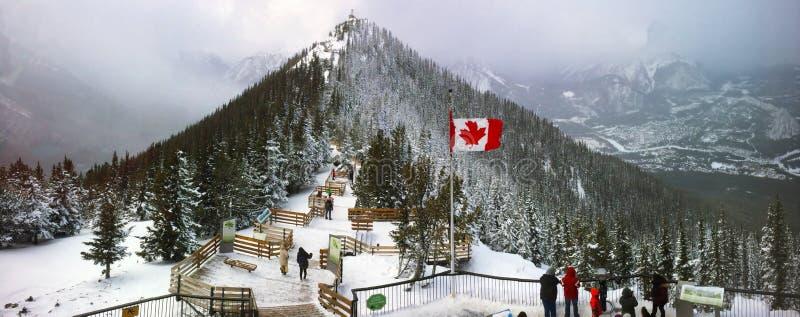 Sulfure la montaña en el parque nacional de Banff en invierno con brillar intensamente ligero del sol asombroso a través de la nu fotos de archivo libres de regalías