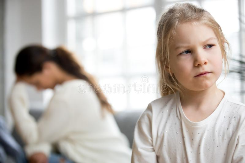 Sulky κόρη την απελπισμένη μητέρα που κουράζεται που αγνοεί του diffi στοκ φωτογραφία με δικαίωμα ελεύθερης χρήσης