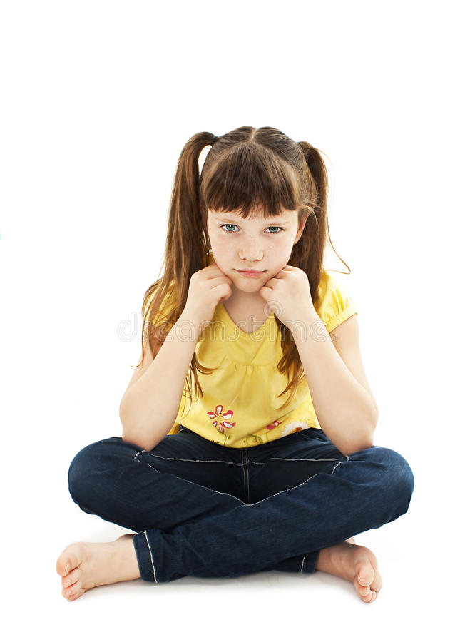 Sulky сердитый ребенок маленькой девочки, быть в дурном настроении и pouting стоковые фотографии rf