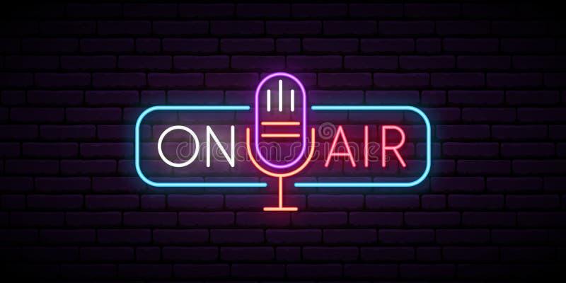 Sull'insegna al neon dell'aria Retro microfono nel telaio con l'iscrizione su aria royalty illustrazione gratis
