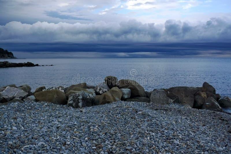 Sulla costa di Mar Nero prima di un temporale immagini stock