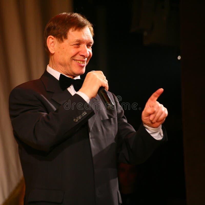 Sulla fase un cantante anziano nel vestito degli uomini rigorosi con un farfallino - cantante Edward Hill (sig. Trololo) immagine stock