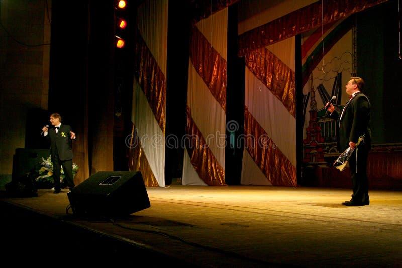 Sulla fase un cantante anziano nel vestito maschio rigoroso con un legame - cantante Edward Hill (sig. Trololo) immagine stock libera da diritti