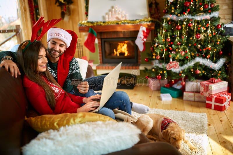 Sulla linea compera di Natale fotografie stock