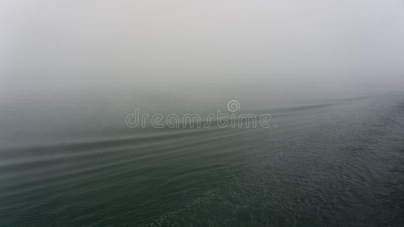 Sulla nebbia di mattina sul fiume di RhÃ'ne in Francia fotografia stock