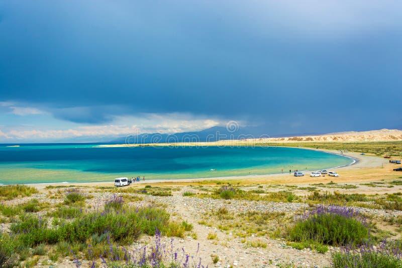 Sulla riva del lago Issyk-Kul, il Kirghizistan fotografia stock libera da diritti