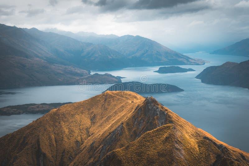 Sulla sommità del picco di Roys, la Nuova Zelanda avete una vista stupefacente sopra il lago Wanaka fotografia stock