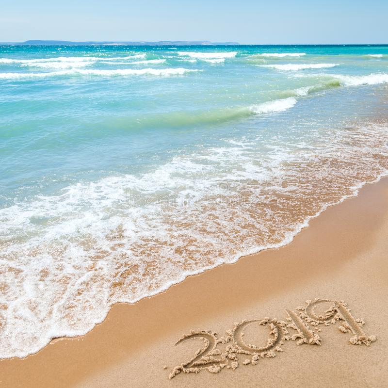 2019 sulla spiaggia immagine stock