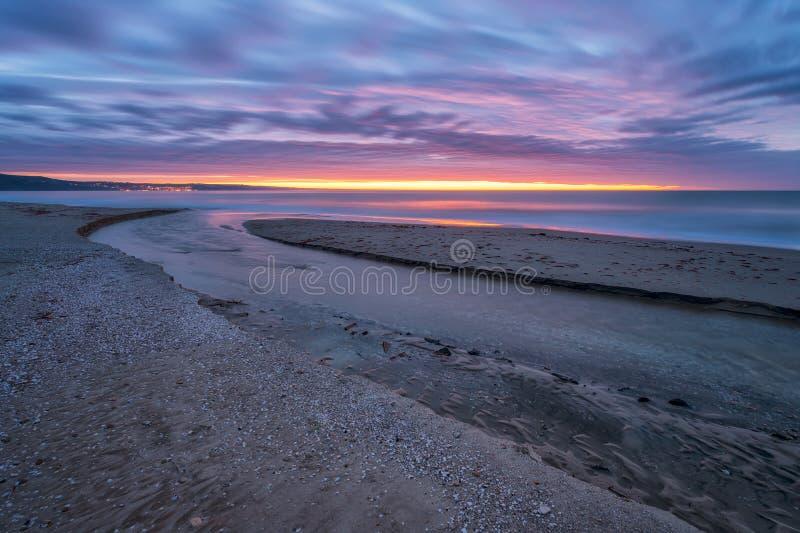Sulla spiaggia ad alba fotografie stock libere da diritti