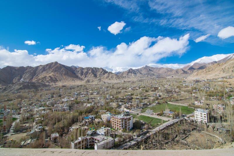 Sulla strada nel paesaggio di Leh Ladakh fotografie stock