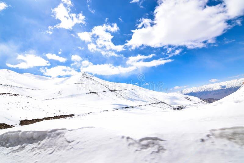 Sulla strada nel paesaggio di Leh Ladakh Passaggio della La di Khardung Strada sullo sno fotografie stock libere da diritti