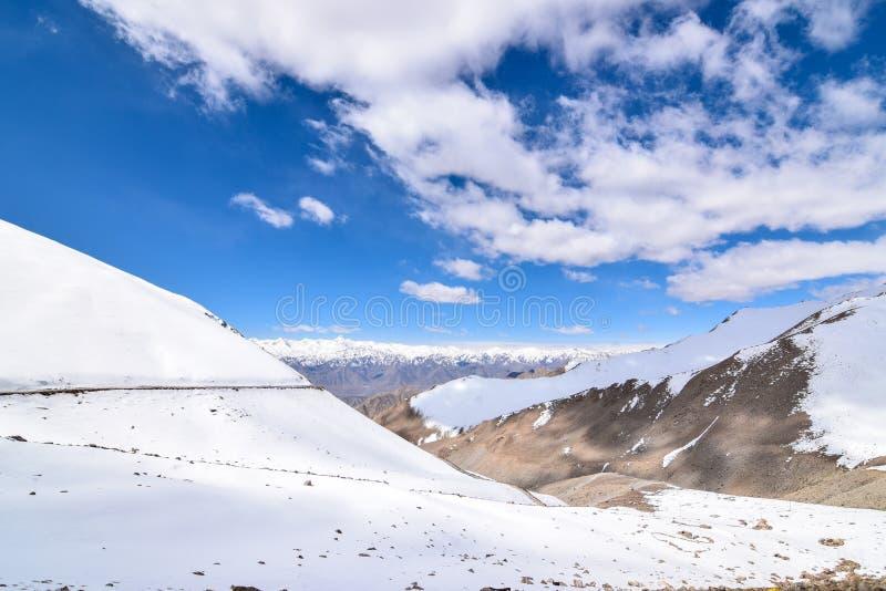 Sulla strada nel paesaggio di Leh Ladakh Passaggio della La di Khardung Strada sullo sno fotografia stock