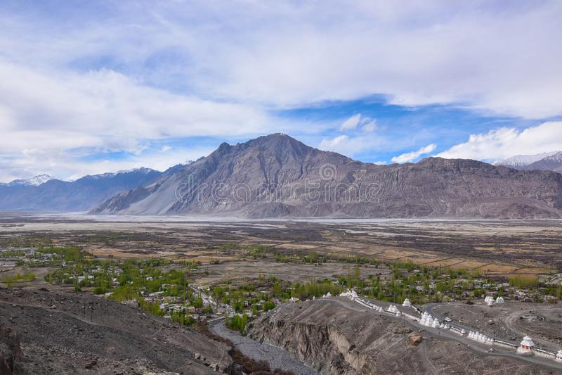 Sulla strada nel paesaggio di Leh Ladakh Passaggio della La di Khardung Strada sullo sno immagine stock libera da diritti