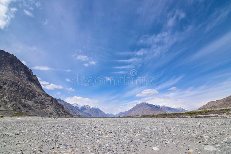 Sulla strada nel paesaggio di Leh Ladakh Passaggio della La di Khardung Strada sullo sno fotografia stock libera da diritti