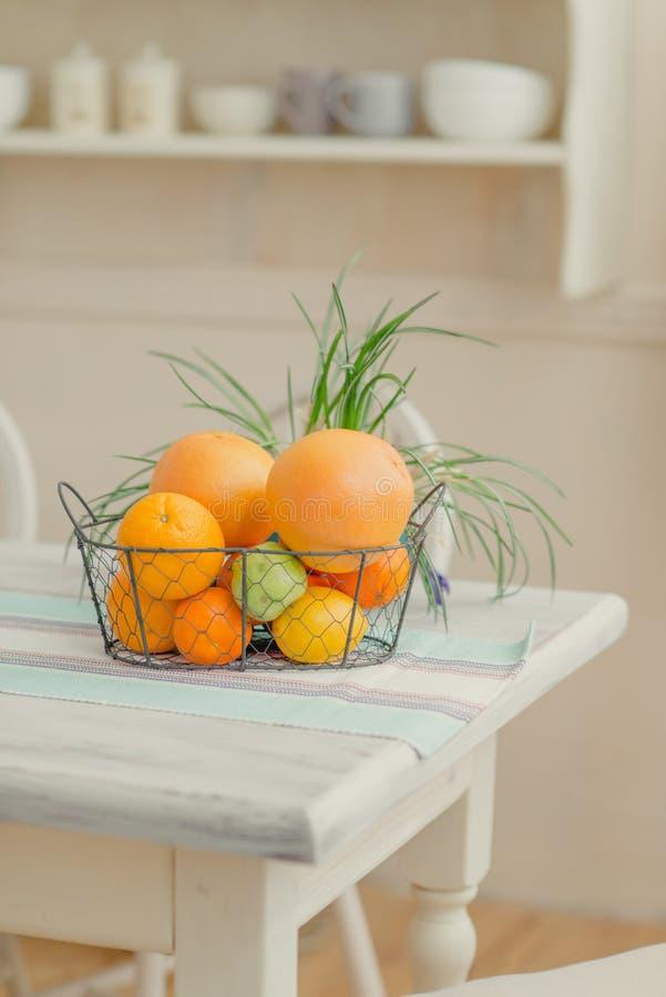 Sulla tavola un canestro degli agrumi fotografie stock libere da diritti