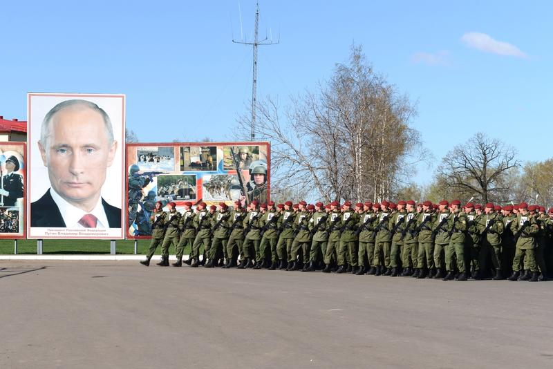 Sulla terra di parata dell'unità militare delle truppe interne del MIA della Russia immagini stock