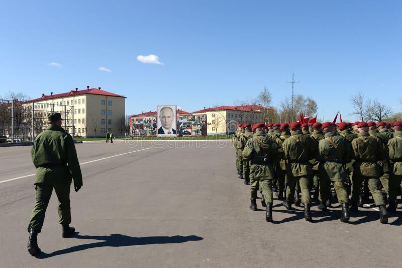Sulla terra di parata dell'unità militare delle truppe interne del MIA della Russia immagine stock