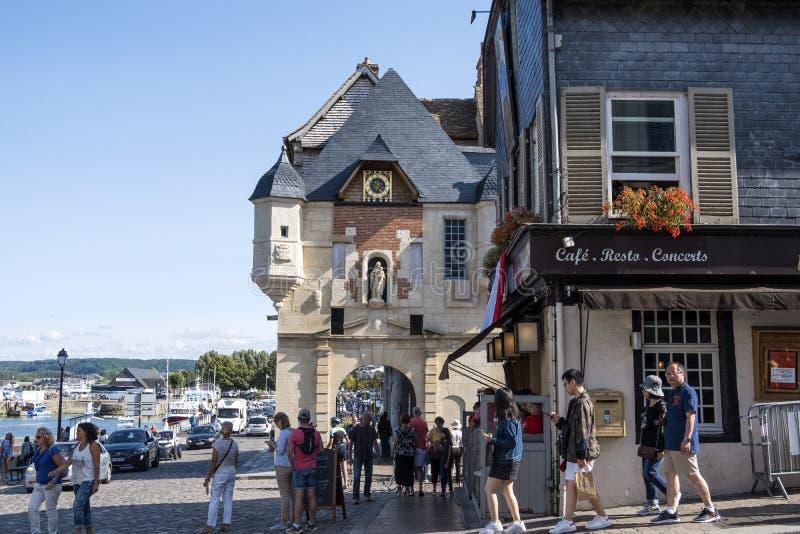 Sulla via di una città medievale Honfleur Posto favorito per le passeggiate dei residenti locali e dei turisti La Normandia, Fran fotografia stock libera da diritti