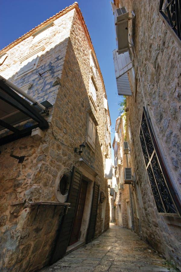 Download Sulla via di vecchia città immagine stock. Immagine di vetro - 7302877