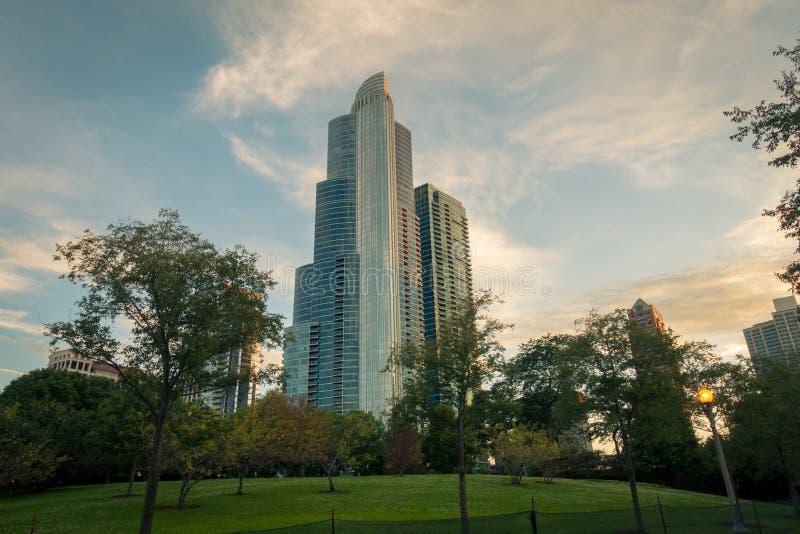 Sulla vista del grattacielo dal parco della città fotografia stock libera da diritti