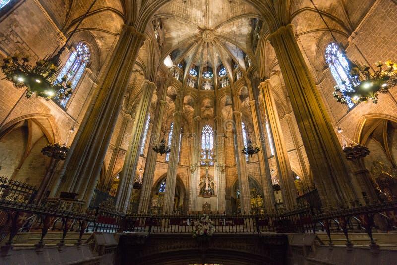 Sulla vista della navata della cattedrale di Barcellona fotografia stock