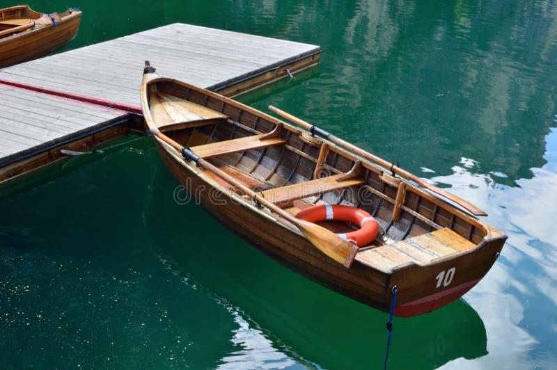 Sulle Dolomiti di suggestivo di molto di posto dell'ONU di di Braies è di lago dell'IL fotografie stock libere da diritti
