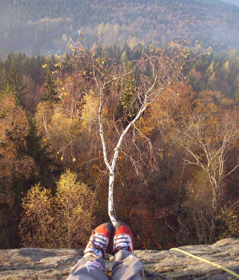 Sulle rocce nella sera di autunno immagini stock