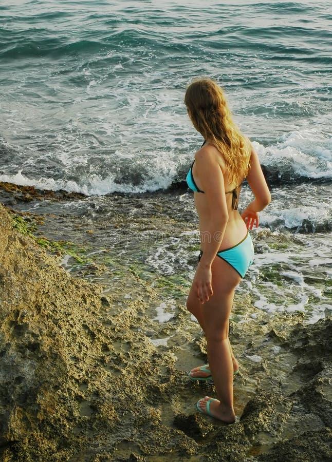 Download Sulle rocce siciliane fotografia stock. Immagine di bikini - 219830