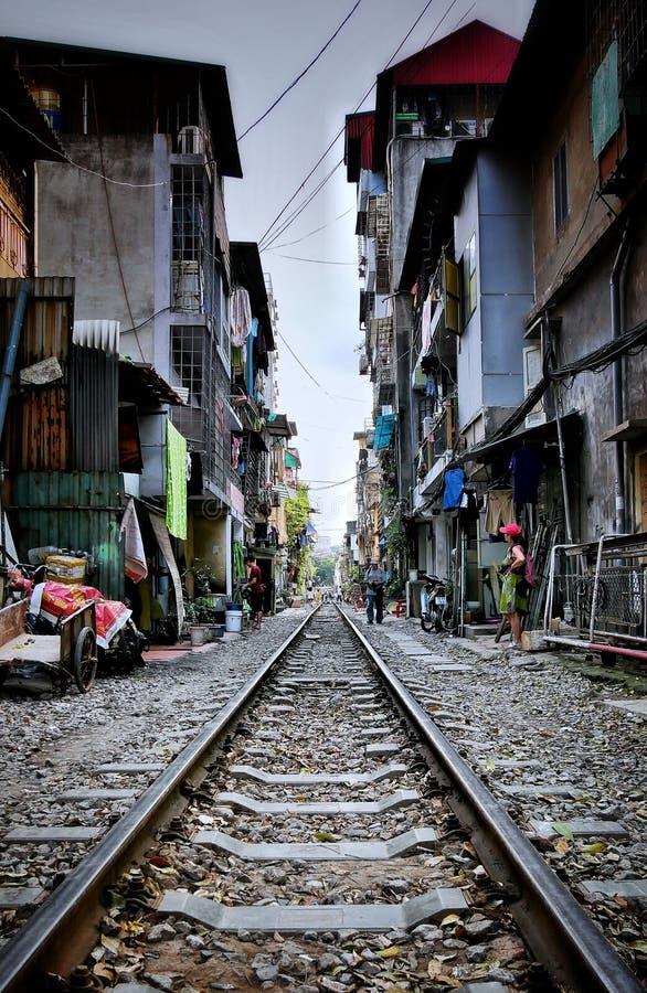Sulle rotaie di Hanoi nel Vietnam fotografie stock libere da diritti