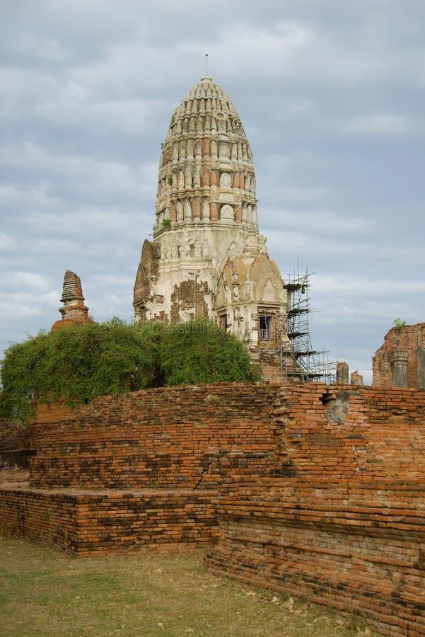 Sulle rovine del tempio buddista antico di Wat Ratchaburana Wat Rat Burana Ayutthaya, Tailandia immagini stock libere da diritti