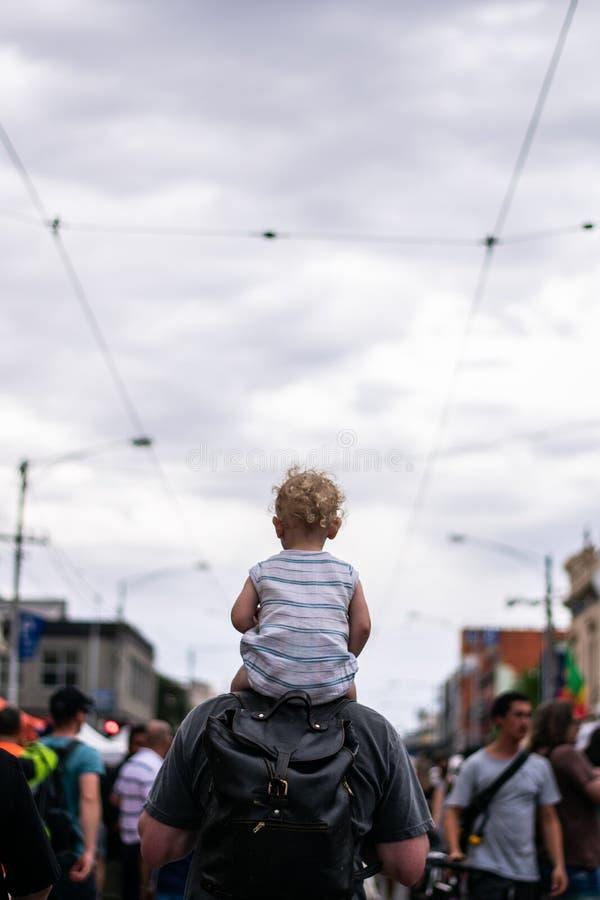 Sulle spalle giro nella città immagine stock libera da diritti