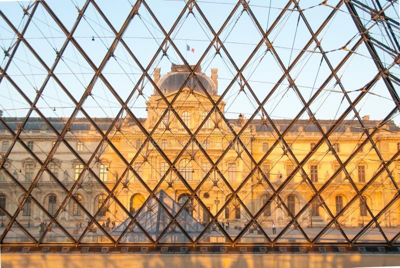 Sully Pavillion vio a través de la pirámide de cristal en el Louvre fotografía de archivo