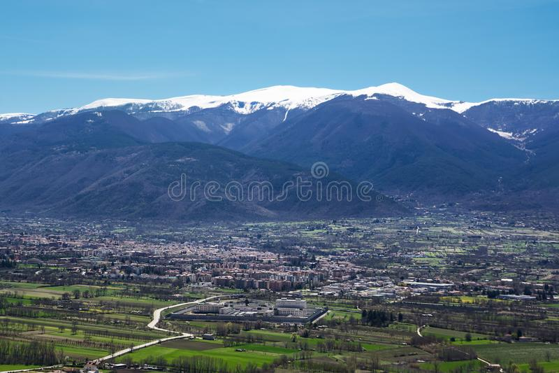 Sulmona στην κοιλάδα Peligna στο πόδι του βουνού στοκ φωτογραφία με δικαίωμα ελεύθερης χρήσης