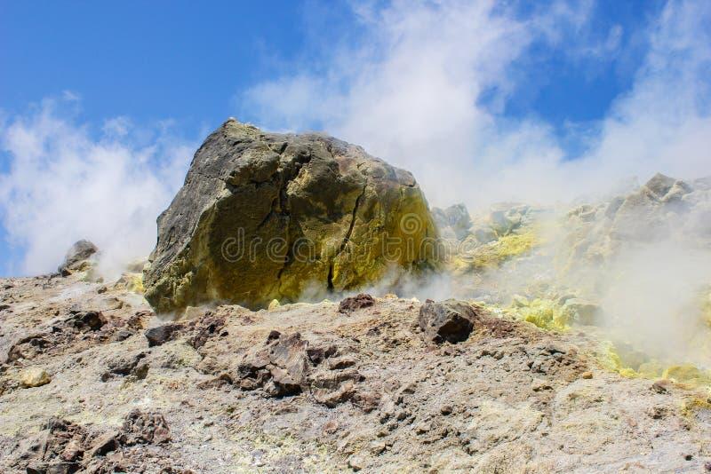 Sulphur ånga på en vulkan arkivbild