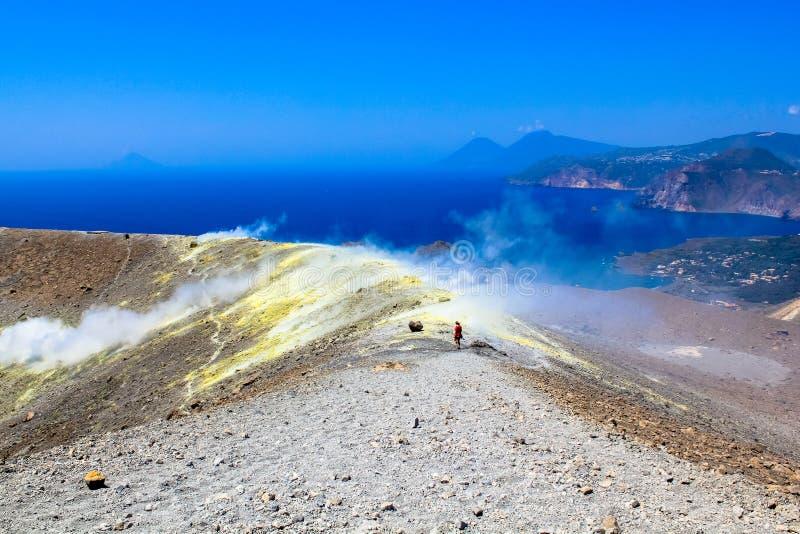 Sulphur ånga på krater royaltyfria foton