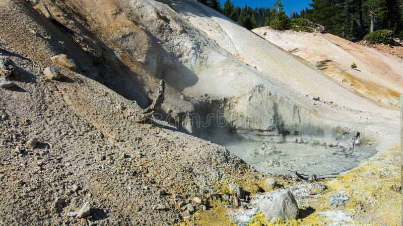 Sulphur arbetar kokande mudpot på Lassen den vulkaniska nationalparken arkivbilder