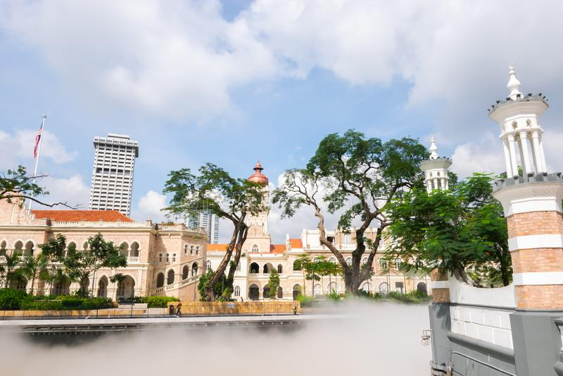 Sultan Abdul Samad Building från Masjid Jamek i Kuala Lumpur, Malaysia royaltyfria bilder