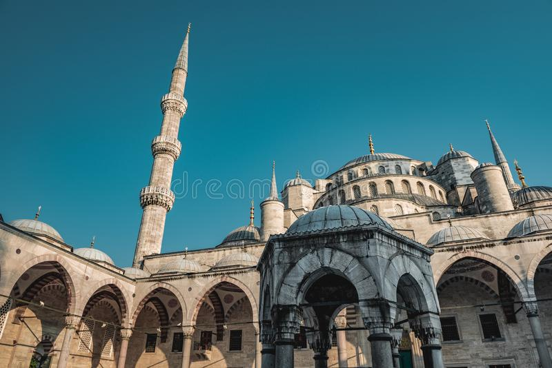 Sultan Ahmed Blue Mosque p? den bl?a timmen i Istanbul, Turkiet - ottomanmosk? - muselmanb?nst?lle royaltyfri fotografi